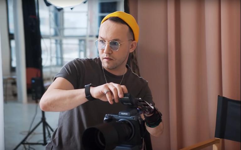«У меня протез вместо руки — и это не мешает мне заниматься любимым делом»: самозанятый #ИльяКиборг о заработке на блоге и фотографии